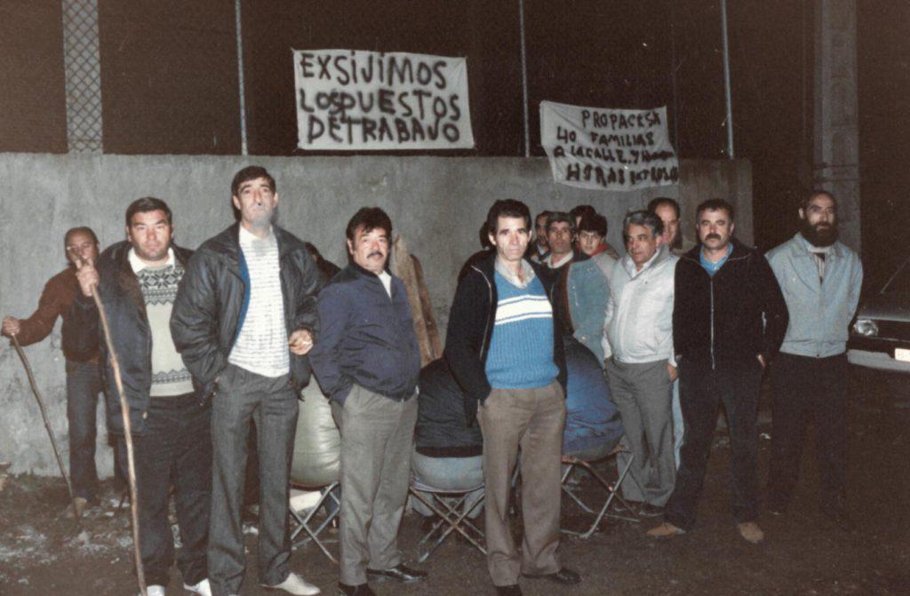 Treballadors de Propack, en vaga, davant l'empresa, al carrer de Cadaqués.